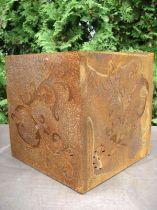 Cube baroque en métal rouillé, 36 cm x 36 cm